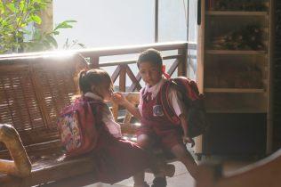 Deux enfants prêts à aller à l'école, scène du matin dans notre guesthouse