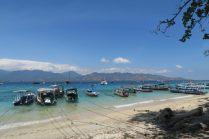 La vue depuis la plage, vers Lombok
