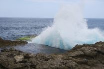 Les vagues viennent se fracasser sur les rochers. C'est encore plus impressionnant à marée haute !