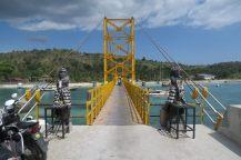 Le pont jaune qui relie les deux îles