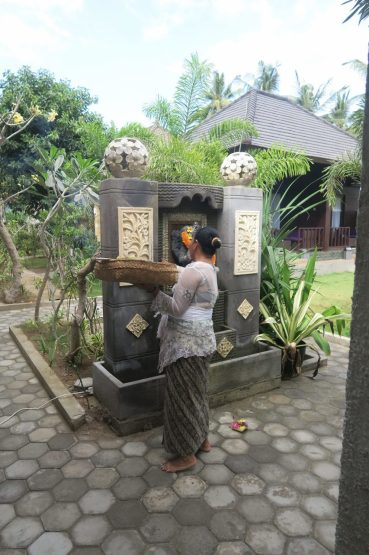 Une femme en train de déposer des offrandes - Nusa Lembongan