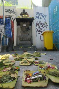 Parterre d'offrandes, au détour d'une ruelle, à Kuta