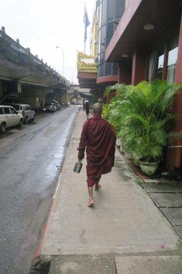 Un moine avec son repas