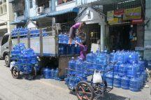 Livreurs d'eau à Yangon