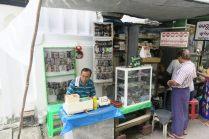 Vendeur de lunette, le premier d'une multitude dans rue remplie de vendeurs de lunettes