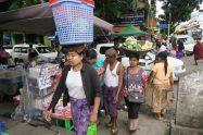 Porteurs sur un marché à Yangon