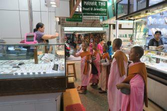 Des moines faisant la quête dans les stands du marché de Bogyoke