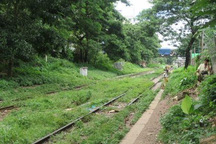Des rails au milieu de la ville