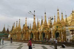 A l'intérieur de la pagode Shwedagon, une multitude d'autres... pagodes ! Plus petites en taille, elles bordent la grande pagode au milieu