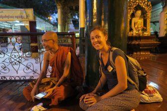 Elise qui discute avec un moine bouddhiste
