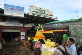 """Notre """"comptoir"""" de bus à la """"highway bus station"""" de Yangon : un des bus en cours de chargement"""
