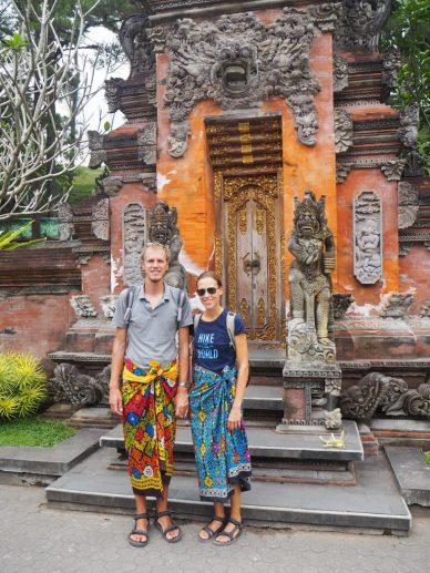 Elise et Julien devant l'une des portes du temple de Tirta Empul