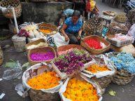 Pétales de fleurs pour les offrandes - Marché local de Ubud