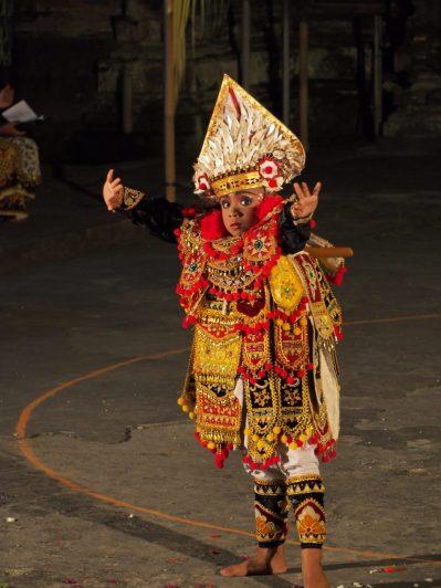 Jeune danseur - la chorégraphie est complexe, beaucoup de mouvements des mains, des bras, de la tête et des yeux