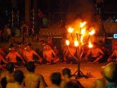Danse Kecak, autour de torches
