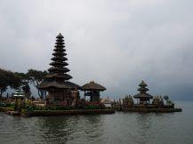 """Les tours (""""meru"""") du temple de Ulun Danu Bratan. Les pieds immergés dans l'eau du lac, ces meru comportent un nombre différent de toits (toujours impair), selon l'importance du dieux concerné. Le maximum est 11 toits."""