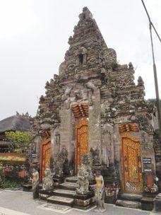 La porte principale du temple