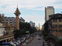 La pagode Sule vue depuis une passerelle