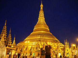 Elise et Julien devant la pagode à la tombée de la nuit