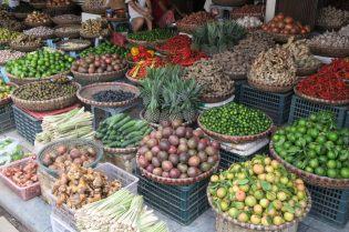 Etalage de fruits devant le marché de Dong Xuan
