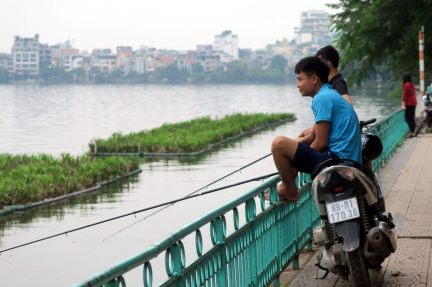 Des habitants en train de pêcher
