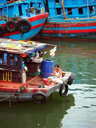 La vie sur les bateaux du port