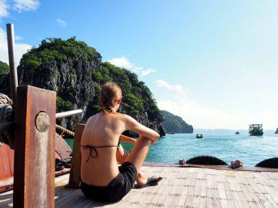 Elise sur le pont de notre bateau de croisière