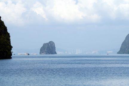 Arrivé dans la baie d'Halong, on distingue au loin les immeubles qui bordent la baie