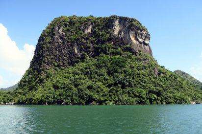 Ce rocher ressemble un peu à une vague (sur la droite)