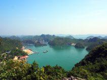 """Vue sur les pic rocheux de la baie de Lan Ha depuis Cat Ba (""""observatoire"""" de la tour télécom)"""