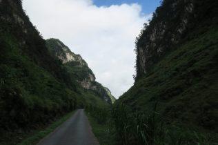 La route, au fond d'une vallée encaissée