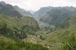 La route qui serpente au fond de la vallée