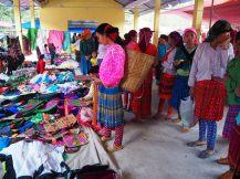 Des femmes regardant des plastrons (qui sont portés devant leurs jupes)