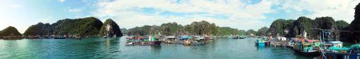 Panorama des maisons flottantes dans la baie
