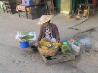 Une vendeuse de Betel, dès le lever du soleil