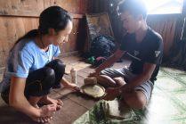 """Nos guides préparant le """"tanaka"""", utilisée comme protection solaire et maquillage (le produit vient d'une branche d'arbre)"""