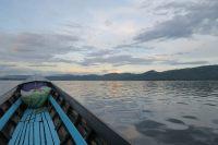 Ballade sur le lac Inle, lever de soleil derrière les montagnes bordant le lac