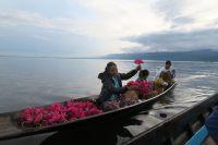 Ballade sur le lac Inle, des locaux vendants des souvenirs