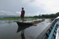 Des cultivateurs emmenant de la terre pour la déposer dans les jardins flottant