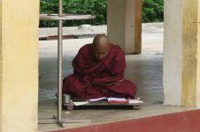 Un moine en pleine lecture