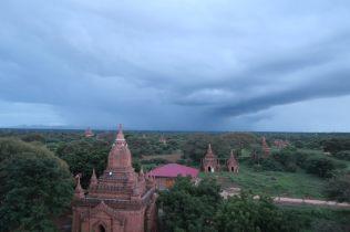 Ciel noir au dessus des temples, l'orage arrive (et on y goutera sur le retour à scooter !)