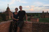Elise et Julien profitent de la lumière du soir depuis le haut d'une pagode