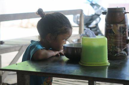 Une petite fille toute mignonne dans un bouiboui à Amarapura