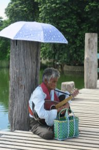 Joueur de guitare sur le pont U-Bein