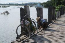Un pêcheur sur pont U-Bein. Pas sous l'eau celui-là !