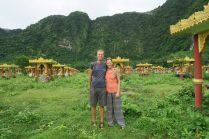 Ju & Li avec les Buddhas de Lumbini garden