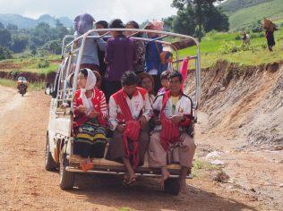 Des habitants se rendant au lac Inle