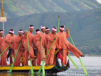 Une barge au ralenti, les rameurs se relachent