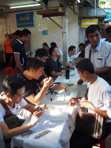 Table de négoce avec des acheteurs chinois en vidéoconférence...