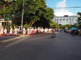 Les moines femmes faisaint la quête
